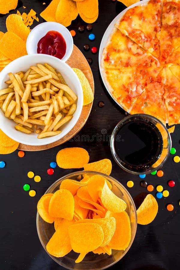 Fast food i niezdrowy łasowania pojęcie - zamyka up pizza, fre obrazy stock