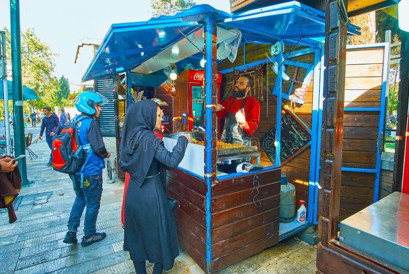 Fast food opóźnia i przewozi samochodem w 30 Tir ulicie, Teheran, Iran zdjęcia royalty free