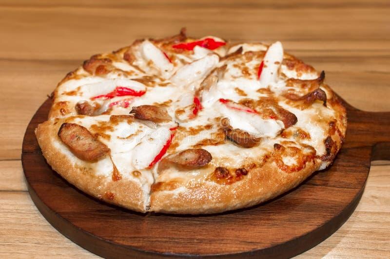 Fast food włoszczyzna tradycyjna Gorącego kurczaka kiełbasiana pizza zdjęcie stock