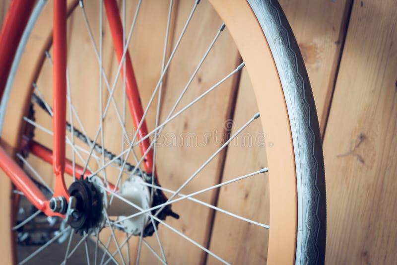 Fast kugghjulcykel som parkeras med den wood väggen, övre bild för slut arkivfoto