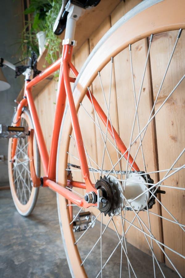 Fast kugghjulcykel som parkeras med den wood väggen, övre bild för slut royaltyfri bild