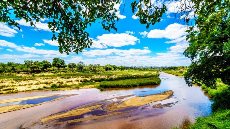 Fast trockene Sabie River am Ende der Trockenzeit am Skukuza-Rest-Lager in Nationalpark Kruger stockbild