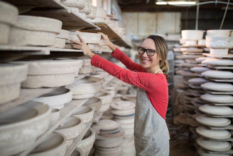Fast utgift av den kvinnliga keramikermålningbunken royaltyfria foton
