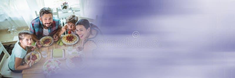 Fast utgift av familjen på tabellen med oskarp purpurfärgad övergång arkivfoton