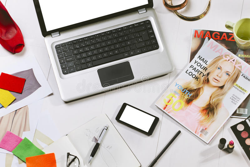 Fast utgift av väsentlighet anmärker i en modeblogger royaltyfria bilder
