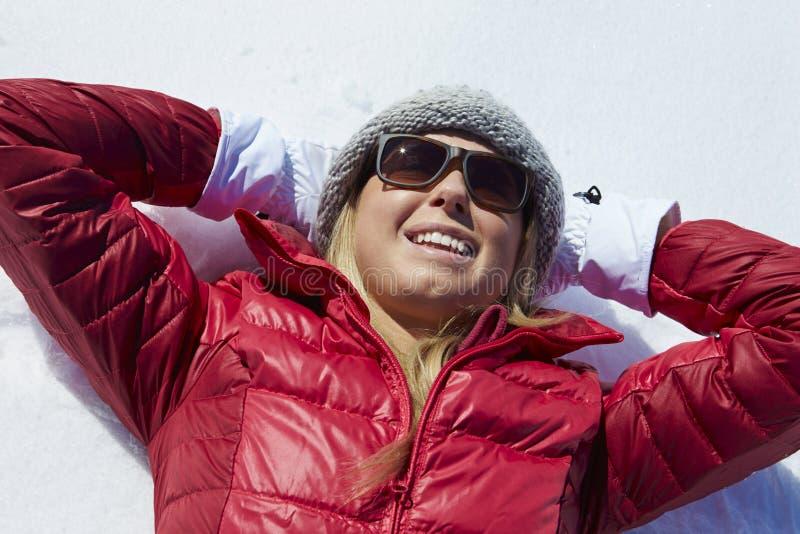 Fast utgift som skjutas av kvinnan som har gyckel på vinterferie fotografering för bildbyråer