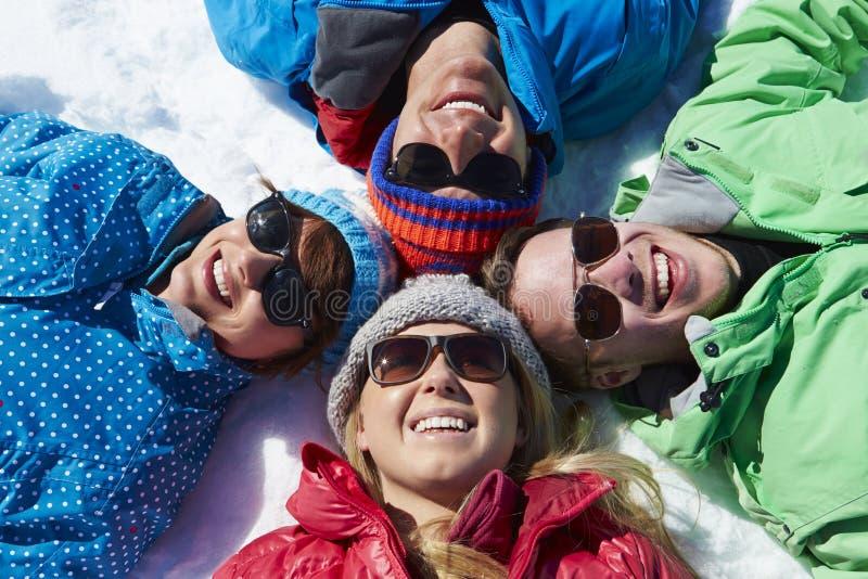 Fast utgift som skjutas av vänner som har gyckel på vinterferie royaltyfria bilder