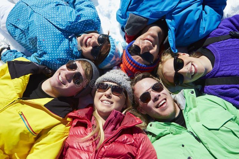 Fast utgift som skjutas av vänner som har gyckel på vinterferie arkivfoto