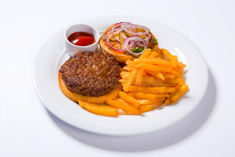 Fasta food francuza i hamburgeru dłoniaki na białym talerzu zdjęcie stock