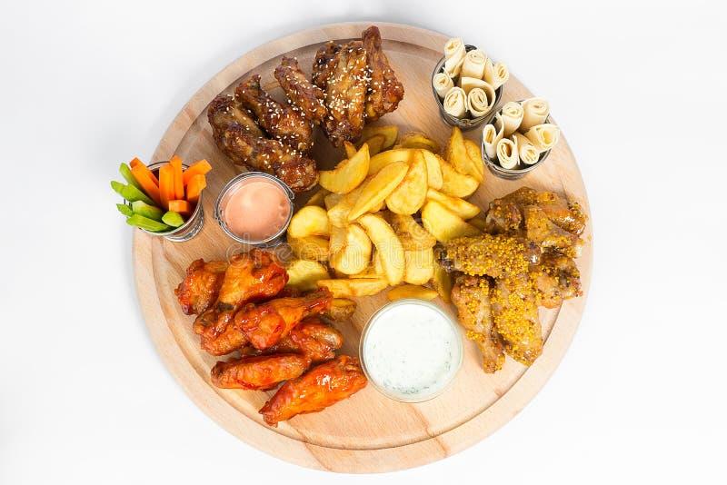 Fasta food naczynie na białym tle Fasta food francuza i pieczonego kurczaka ustaleni dłoniaki Bierze oddalonego fast food zdjęcia stock