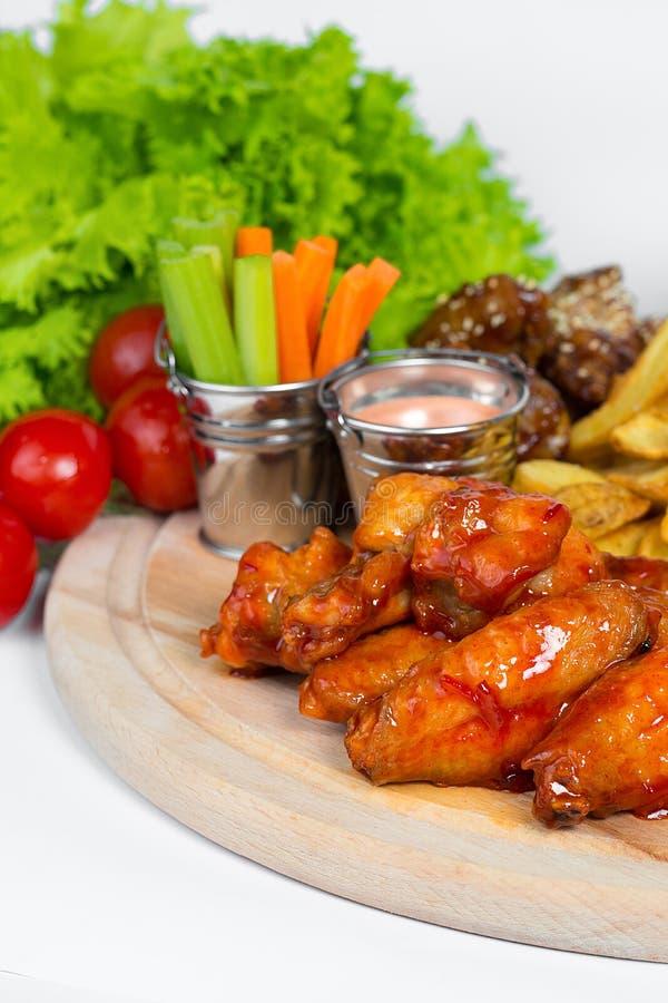 Fasta food naczynie na białym tle Fasta food francuza i pieczonego kurczaka ustaleni dłoniaki Bierze oddalonego fast food fotografia stock