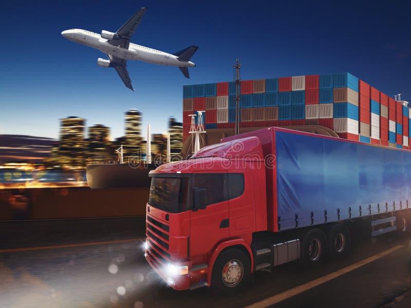 Fastar lastbilen på vägen som levererar på natten med last och flygplanet i bakgrund framförande 3d fotografering för bildbyråer