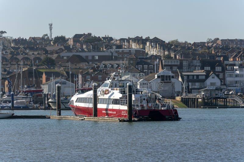 Fastcat停泊的客船,河麦地那,怀特岛郡,英国 免版税库存图片