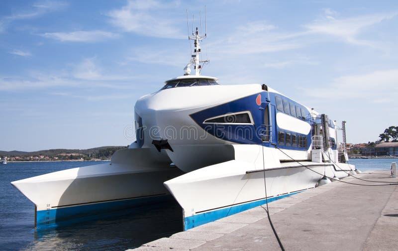 Download Fasten Katamaranboot stockbild. Bild von luxus, drehzahl - 26362131
