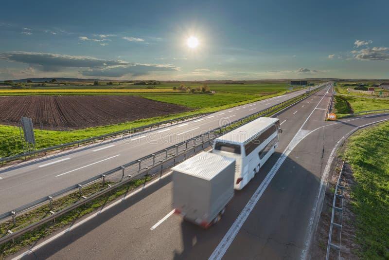 Fasten Reisebus in der Bewegungsunschärfe auf der Autobahn am sonnigen Tag lizenzfreie stockbilder