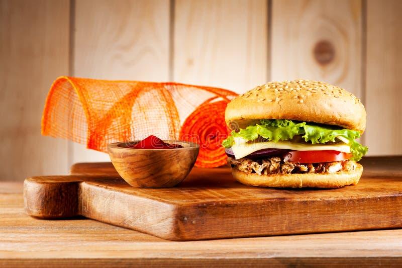 Fastfoodhamburgare med köttkalkon, ost och grönsaker royaltyfri fotografi