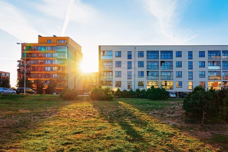 Fastighet för bostads- byggande för lägenhet utomhus- modern hem- arkivbild