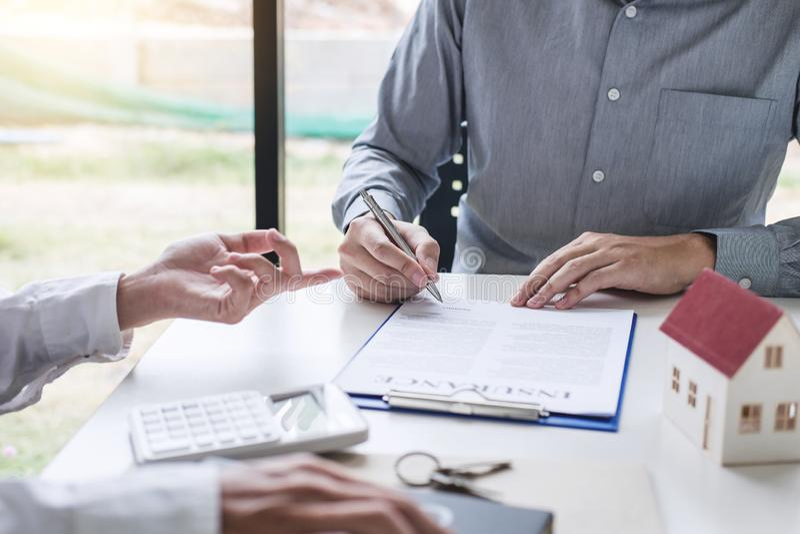 Fastighetmäklaremedel som framlägger och att konsultera till kunden till överenskommelse för form för beslutsfattandeteckenförsäk royaltyfria foton