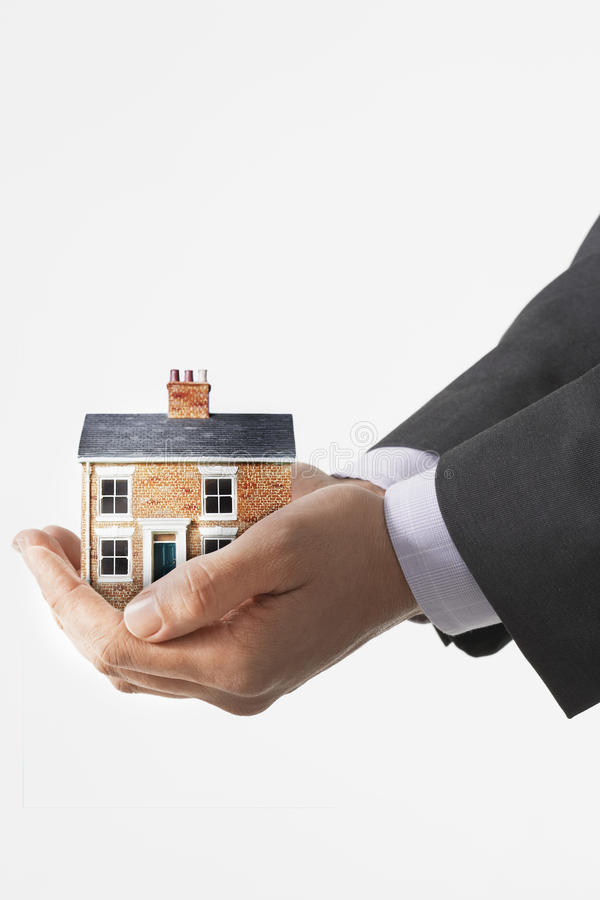 Fastighetsmäklare Holding en modell House arkivbilder
