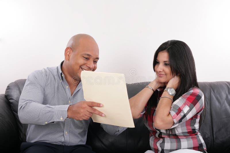 Fastighetsmäklare och en klient royaltyfri foto