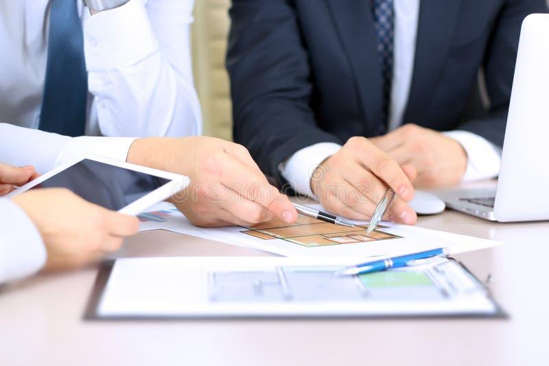 Fastighetsmäklare som diskuterar plan för ett hus med en affärsman arkivfoton