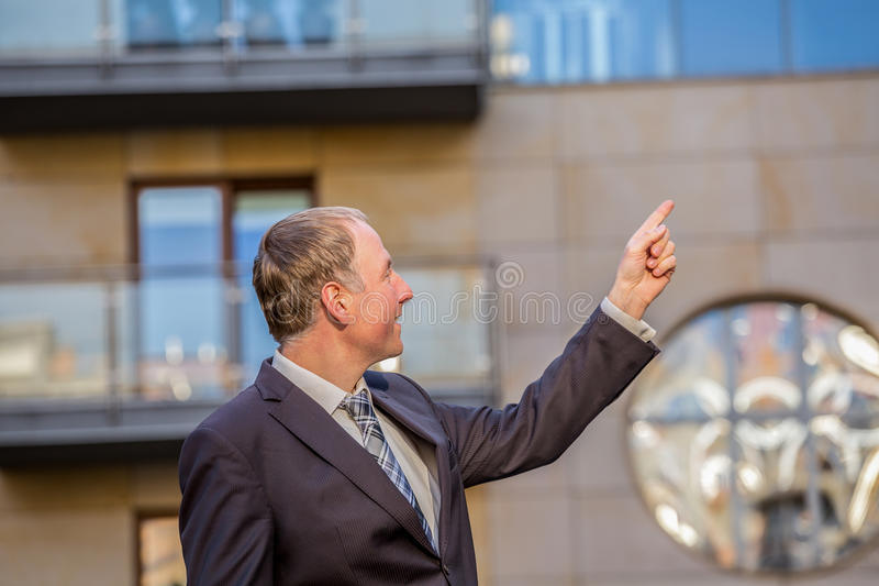 Fastighetsmäklare som framlägger en egenskap royaltyfri foto