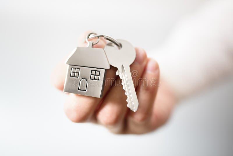 Fastighetsmäklare som ger hustangenter royaltyfri foto
