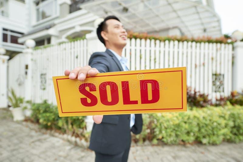 Fastighetsmäklaren sålde huset arkivfoton