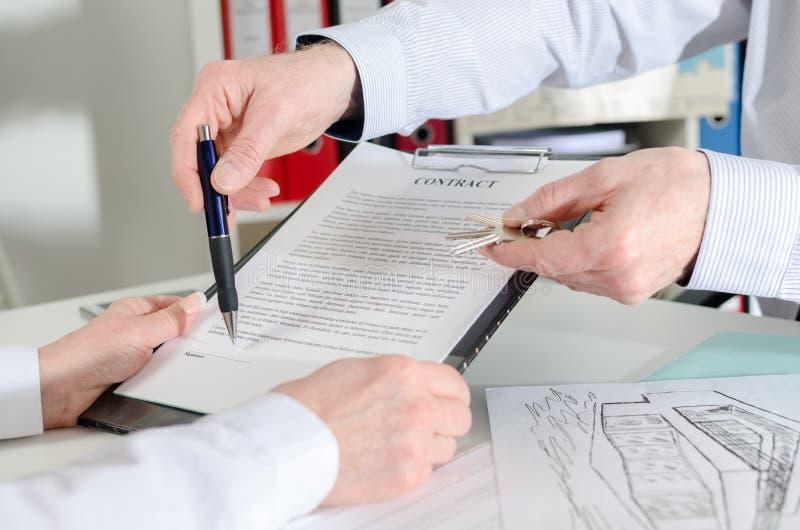 Fastighetsmäklarevisning var att underteckna fastighetavtalet royaltyfria foton