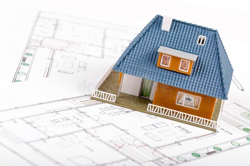 Fastighetutveckling - inhysa skalamodellen på ritningar arkivfoton