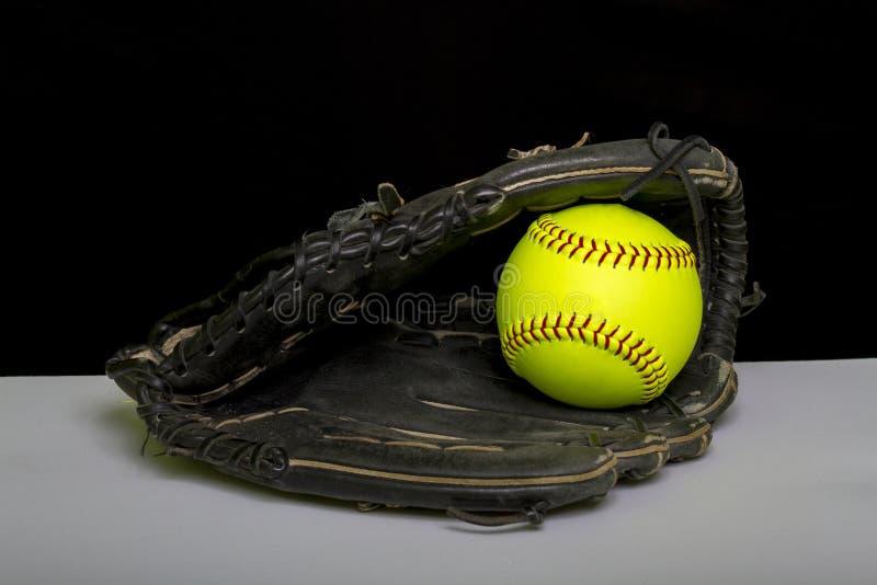 Fastpitch垒球有黄色球的守场员露指手套 库存照片