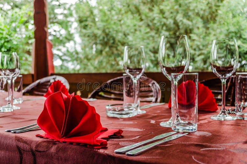 Fastställd äta middag tabell i en restaurang arkivbilder