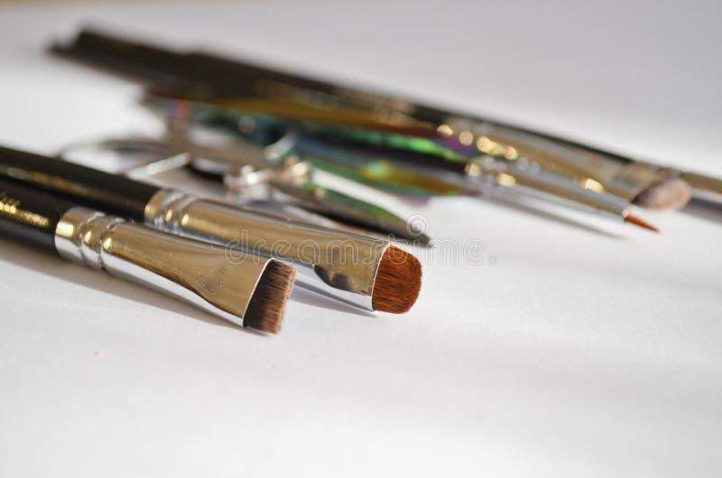 Fastställd hjälpmedelsminkkonstnär en uppsättning av olik borstar och sax för makeupkonstnär i naturligt ljus med copyspace fotografering för bildbyråer