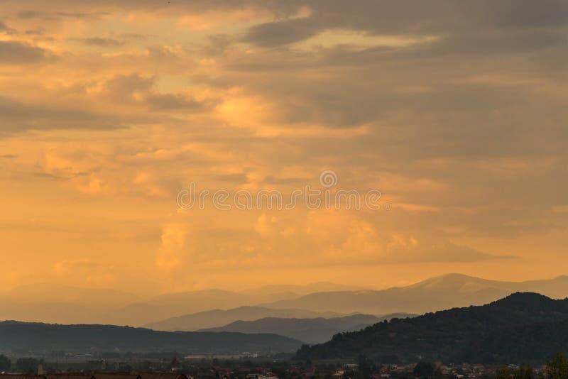 Fastställd plats för episk orange sol arkivbilder