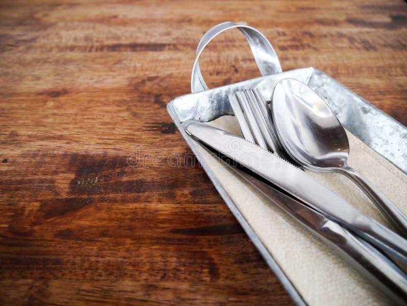Fastställd skedgaffelkniv för att äta tappning för tabell för målrestaurang wood arkivbild