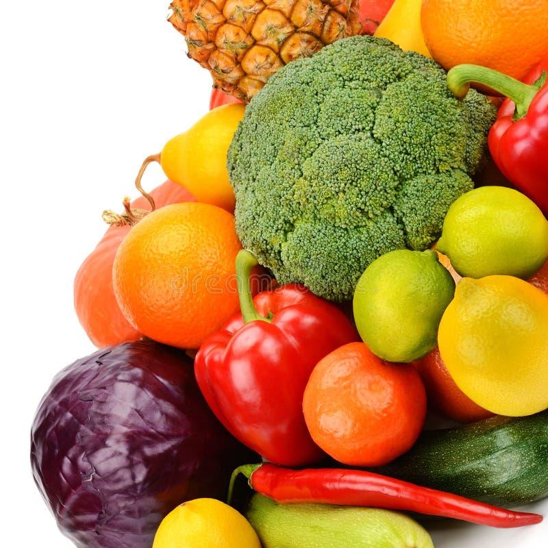 Fastställda frukter och grönsaker som isoleras på vit bakgrund royaltyfri bild