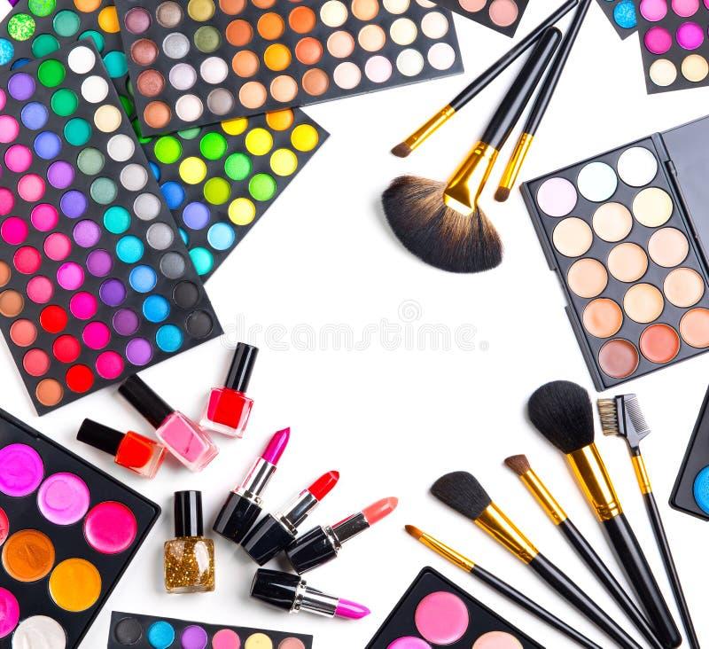 Fastställda paletter för makeup med färgrika ögonskuggor brushes cosmeticen royaltyfria foton