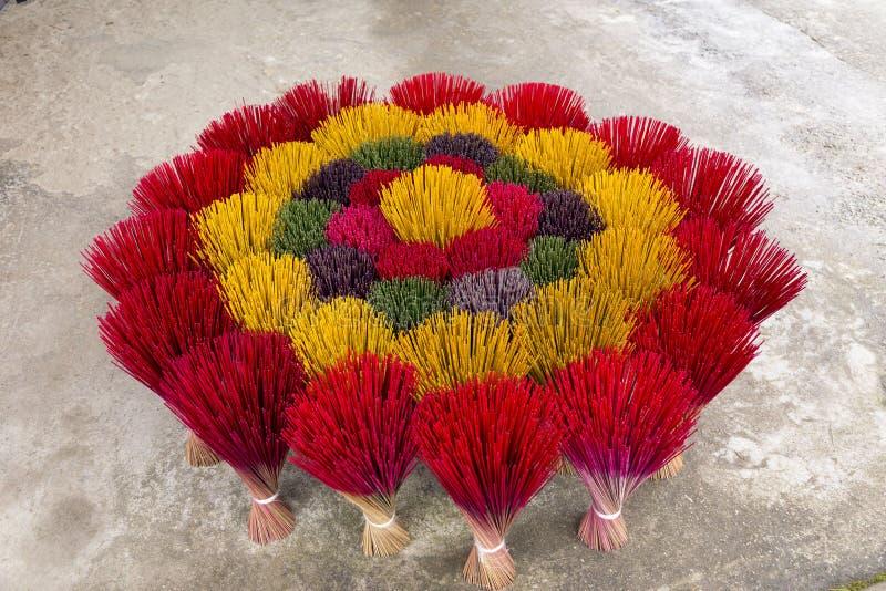 Fastställt anseende för färgrika rökelsepinnar som bildar en härlig blommaform royaltyfri foto