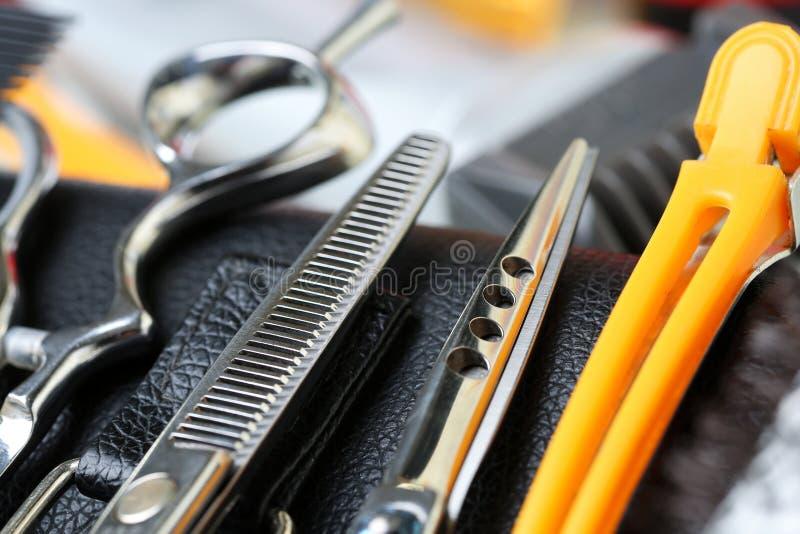 Fastställt ligga för barberareinstrument ner på läderfall arkivfoto
