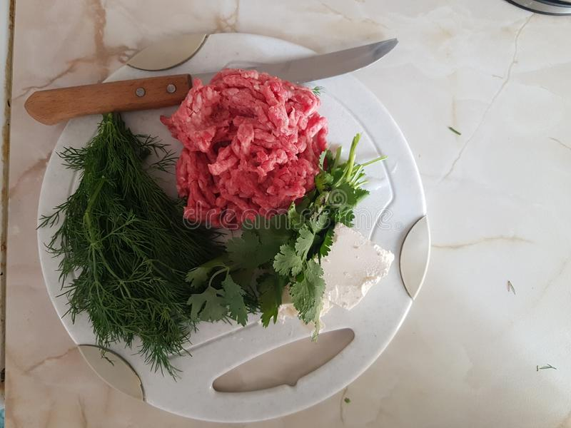 Faszerować, zieleni i białego ser, i nóż obraz stock
