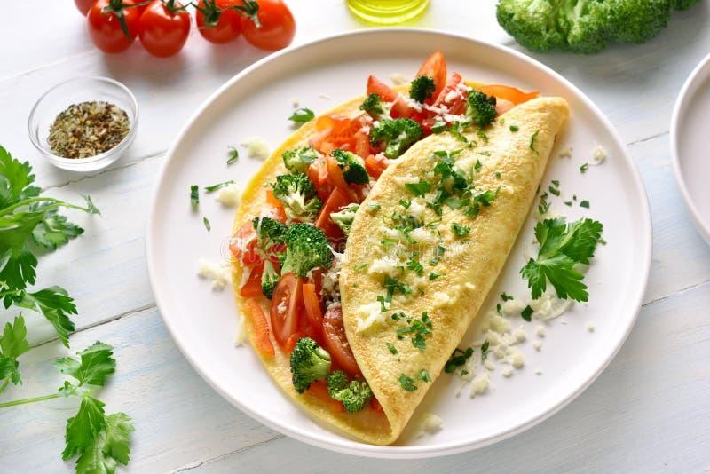 Faszerujący omlet z pomidorami, czerwonym dzwonkowym pieprzem i brokułami, zdjęcia royalty free