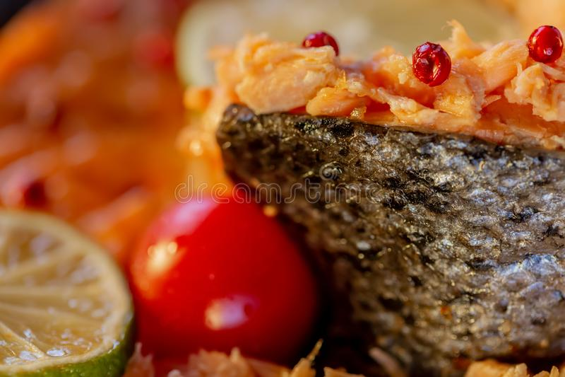 Faszerująca ryba łosoś i pomidor zdjęcie stock