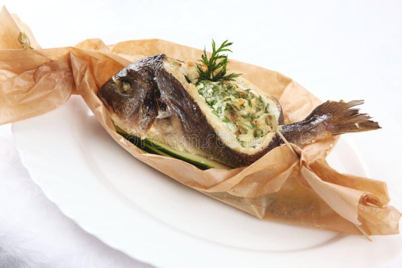Faszerująca ryba w papierze fotografia royalty free