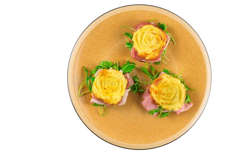 Faszerujący frittata, gotujący w mikrofala piekarniku, kształtującym jak róża z rakietową sałatką, drobina, gotujący baleron zdjęcia royalty free