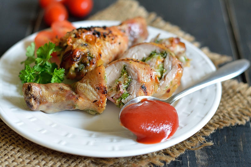 Faszerujący kurczaka drumstick piec na grillu fotografia stock