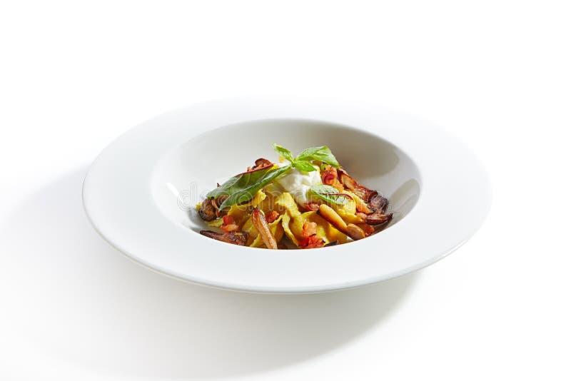 Faszerujący Tortellini makaron z kraba mięsa Odgórnym widokiem Odizolowywającym obraz royalty free