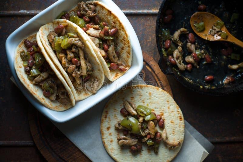 Faszerujący tortilla kawałki kurczak i pieprz Meksykański naczynie zdjęcie royalty free
