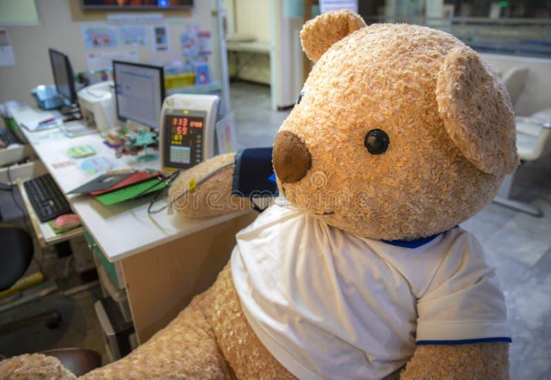 faszerujący zabawka niedźwiedź ekranizuje teren w klinice zdjęcia royalty free