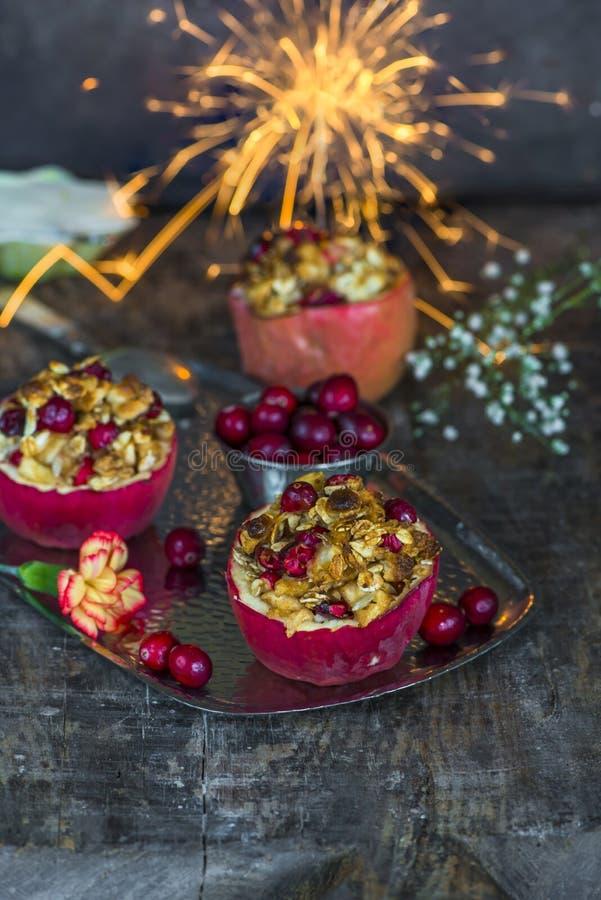 Faszeruję piec czerwonych jabłka z granola, cranberries i marcepanami, fotografia stock
