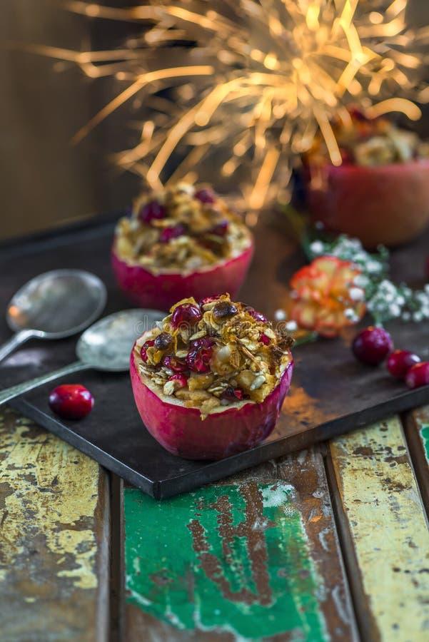 Faszeruję piec czerwonych jabłka z granola, cranberries i marcepanami, zdjęcie royalty free
